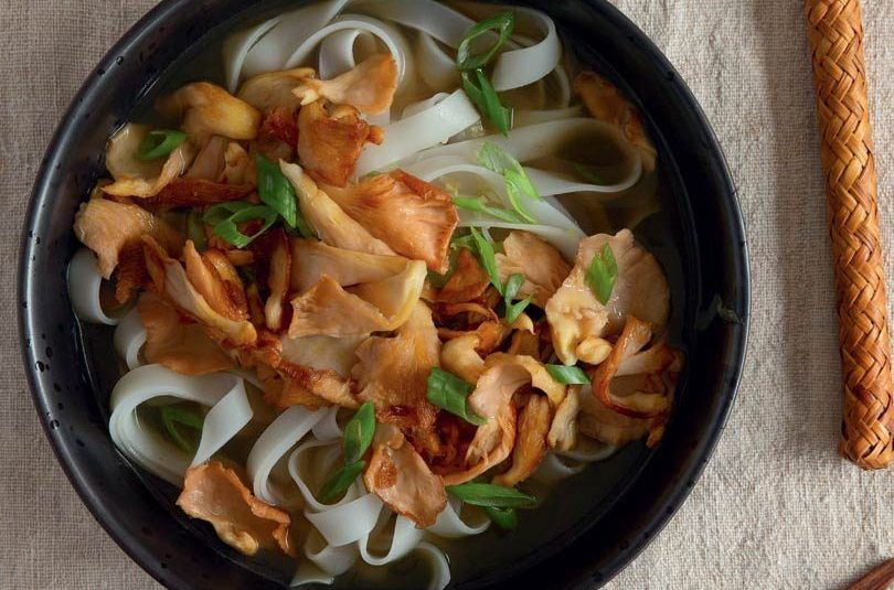 CHICKEN BROTH WITH RICE NOODLES, SPRING ONION & PINK MUSHROOMS